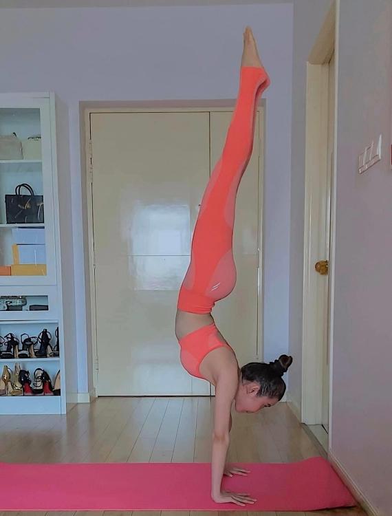 hoa hau huynh vy sieng tap yoga chinh phuc nhung dong tac kho nhan khi o nha tranh dich