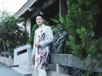 Nguyễn Phi Hùng lịch lãm với áo dài tại Chùa Vĩnh Nghiêm