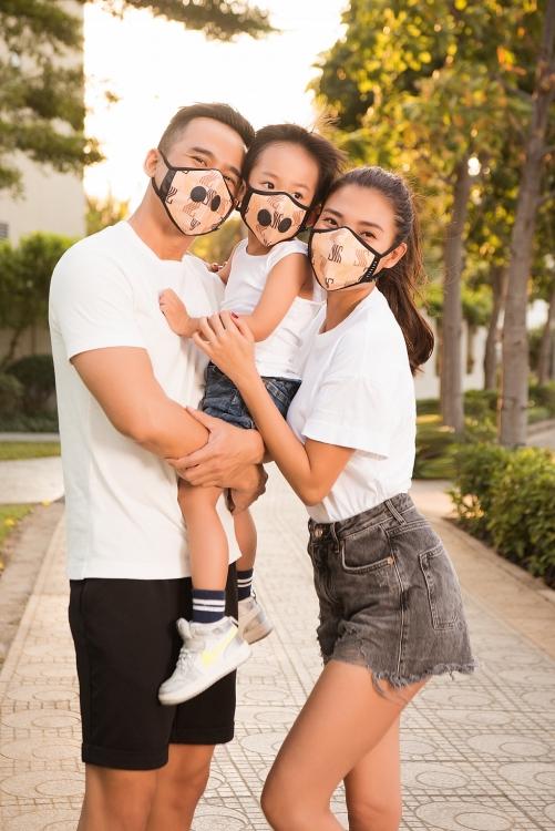 Đeo khẩu trang cũng phải cùng tone hoặc tương phản với trang phục như gia đình Thúy Diễm - Lương Thế Thành