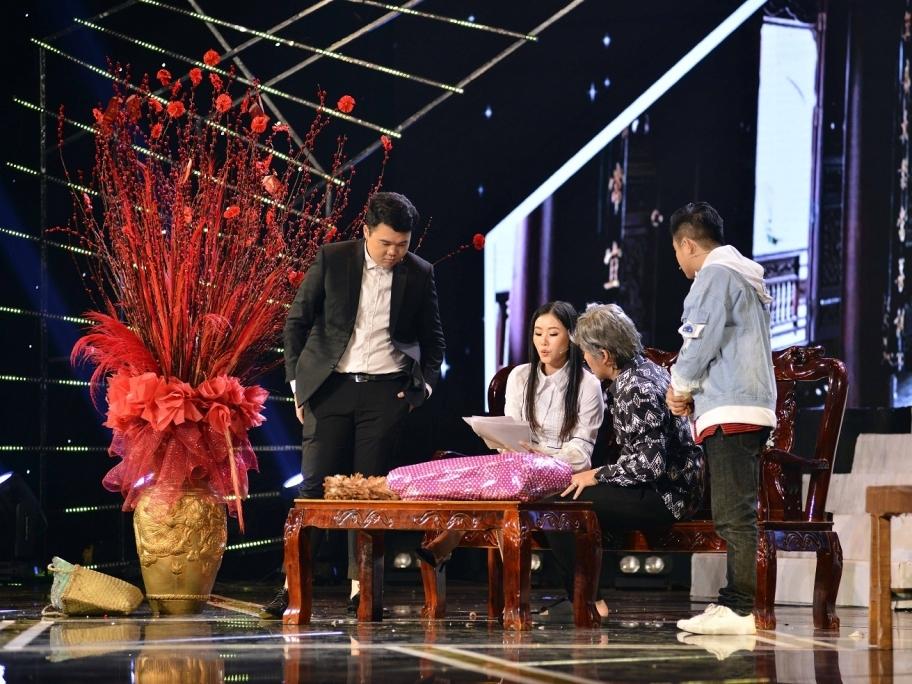 Kiều Oanh 'xoay' đàn em như chong chóng tại 'Gala nghệ thuật Cười xuyên Việt'