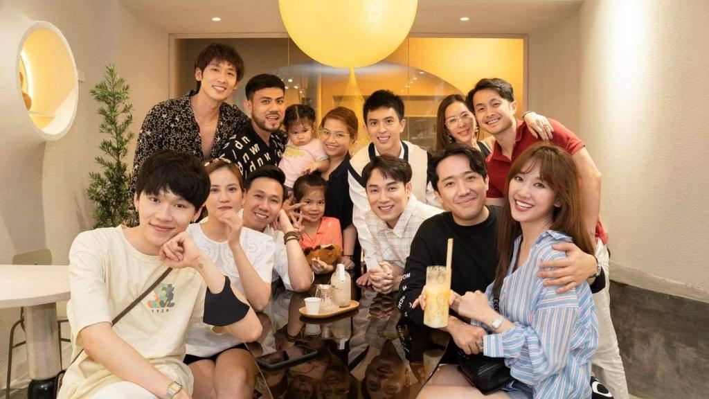 Trấn Thành, Hari Won và hội bạn thân đình đám sống ảo mừng con trai Hoa hậu Thu Hoài khai trương quán mới