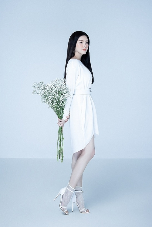 Lý Nhã Kỳ đẹp nuột nà, lão hóa ngược với váy trắng tinh khôi