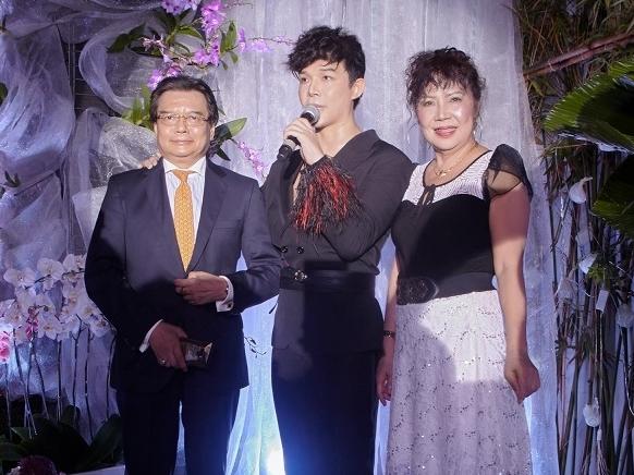 Bố mẹ Nathan Lee lần đầu tiên gặp nhau, chịu đứng chung sân khấu cùng con trai sau hơn 20 năm