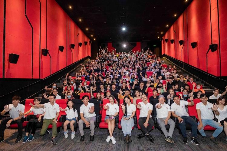Võ Thành Tâm xúc động khi được khán giả bí mật tổ chức sinh nhật ngay trong rạp phim