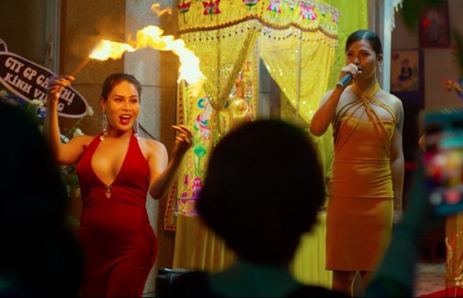 Ấp ủ 16 năm, đạo diễn người Mỹ chính thức tung trailer phim 'Đêm tối rực rỡ!' về đám tang người Việt