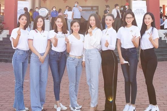 """Loạt Hoa hậu, Á hậu theo chân """"Bà trùm"""" Phạm Kim Dung tặng quà cho 1000 công nhân ở Long An"""