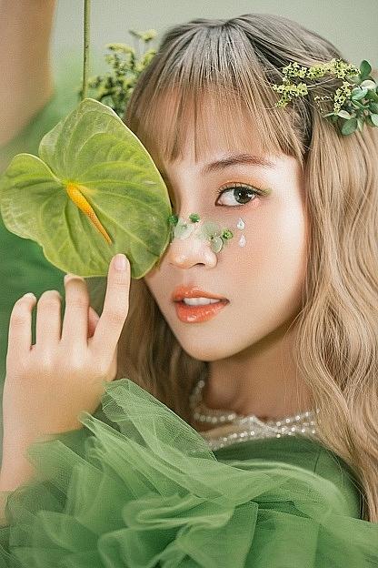 'Công chúa Ếch' Song Dương hút hồn với lối make-up mới lạ, mà chẳng cần khoe dáng, hở bạo