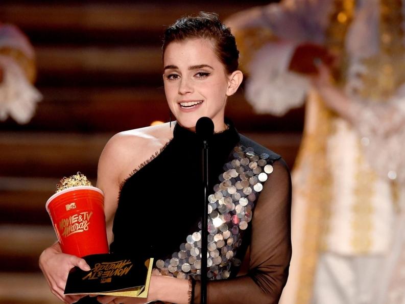 """Hành trình từ """"phù thủy nhỏ"""" đến """"giai nhân"""" thế giới của Emma Watson"""