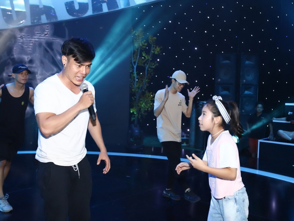 le giang chay show be theo con trai ut