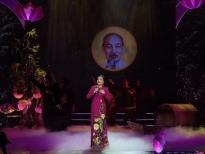 Dàn nghệ sĩViệt diện áo dài của NTK Việt Hùng hát mừng sinh nhật Bác