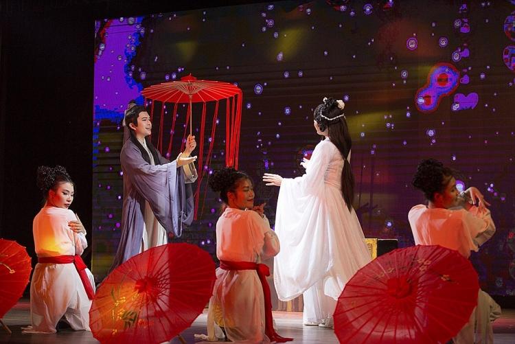 le phuong tron con den ung ho nam cuong ngay tro lai san khau kich