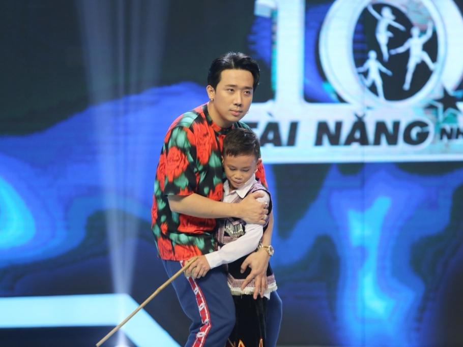 'Siêu tài năng nhí' tập 3: Cậu bé người H' Mông tài năng đánh quay được Trấn Thành dành tặng 20 triệu