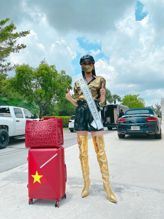Hoa hậu Khánh Vân diện pijama đặc biệt có in hình các đại diện Việt Nam tại 'Miss Universe'