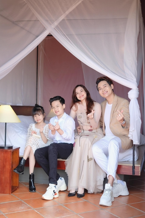 Tung bộ ảnh kỷ niệm, hóa ra MC Hồng Phúc cùng diễn viên Quỳnh Phượng đã ở bên nhau được 22 năm