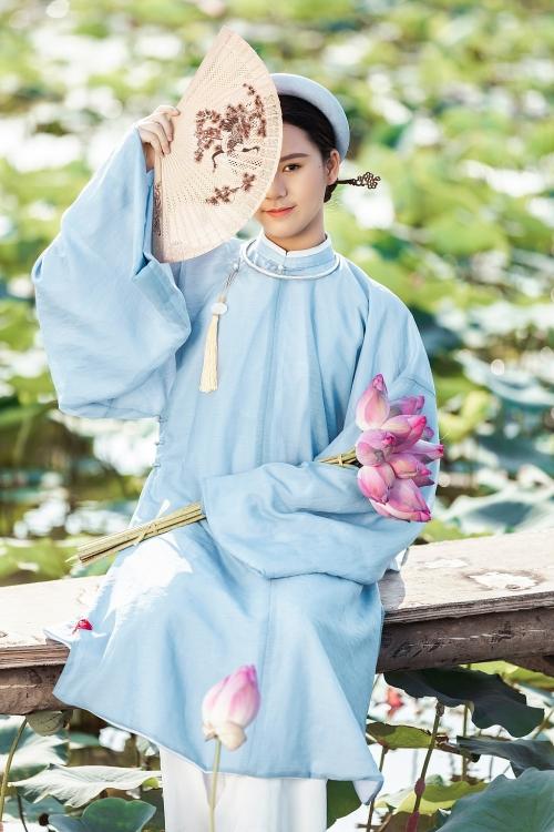 Hoa hậu nhí Bella Vũ lần đầu tiên diện cổ phục bất chấp nắng nóng tháng 5