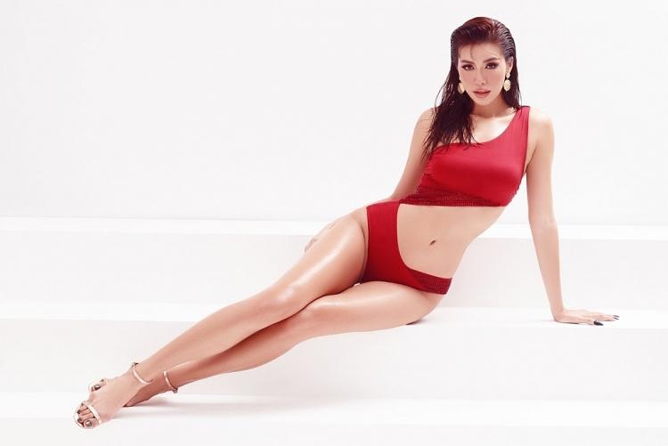 Diện bikini gợi cảm, siêu mẫu Minh Tú đốt cháy mùa hè với thân hình chuẩn 'đồng hồ cát'