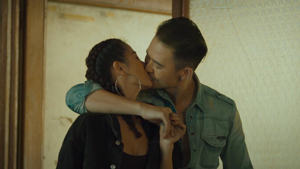 Nam Thư vừa phải hôn mãnh liệt Hùng Chilhyun, vừa phải quyến rũ đàn anh Lê Quốc Nam