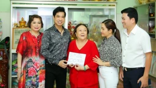 Ngọc Sơn cùng mẹ và học trò Michael Lang tiếp sức cho mái ấm Thiện Duyên
