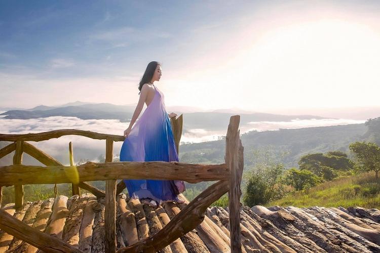 Huỳnh Thúy Anh đẹp 'hút mắt' với váy cổ yếm cách điệu