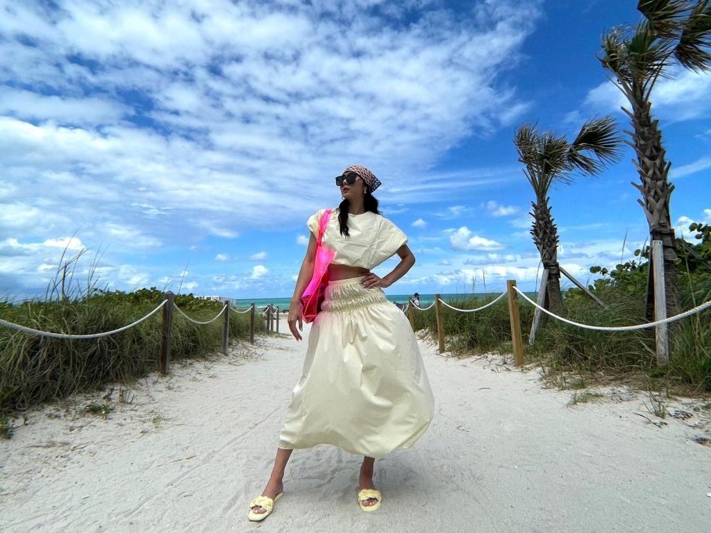 Ngọc Quyên pose dáng với 30 bộ trang phục tại Miami, nhưng đáng chú ý là đôi dép 'thần thánh' ở dưới chân