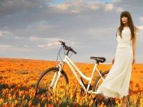 Nhật Hạ thả dáng trên cánh đồng hoa Poppy trong MV mới 'Để còn em với ngày vui'