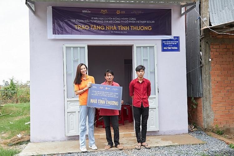 Á hậu Kim Duyên trao nhà tình thương cho học sinh nghèo vượt khó tại Long An
