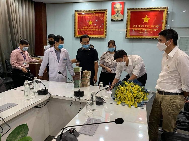 Quyền Linh cùng CLB Hoa Lan Bình Phước gửi 2 tỷ đồng chống dịch