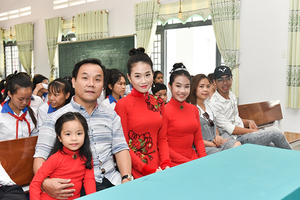 a hau thach thao dong hanh cung quan quan do hoang anh thu tang ao dai trang cho nu sinh ngheo