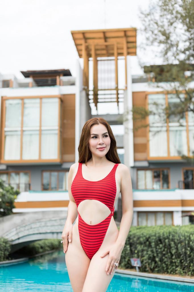 hoa hau phuong le tha dang nong bong giua ho