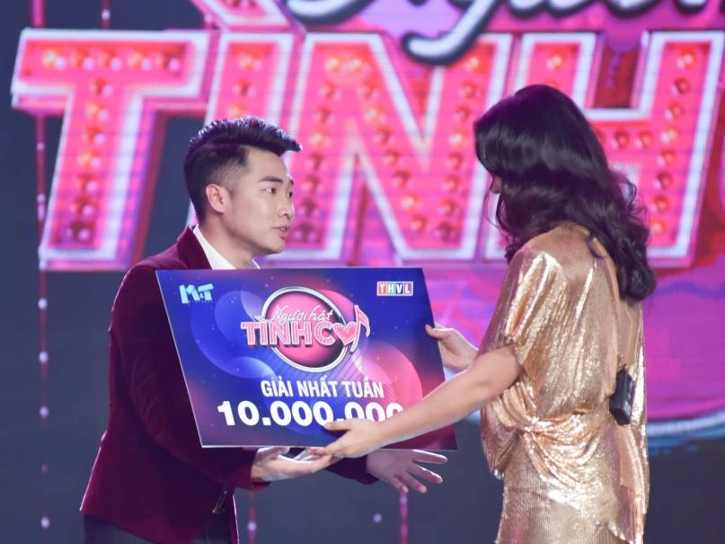 Thí sinh Tạ Đình Nguyên được Chí Tài 'dạy hát' giành giải nhất tuần 'Người hát tình ca'