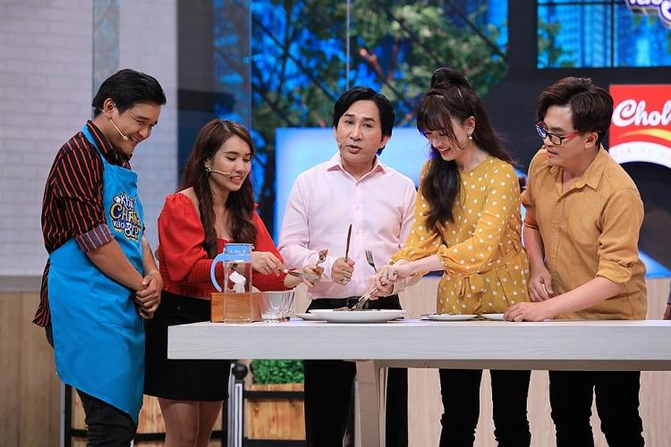 kim tu long phoi hop voi ba mai hong van quay het co trong khi chang vao bep