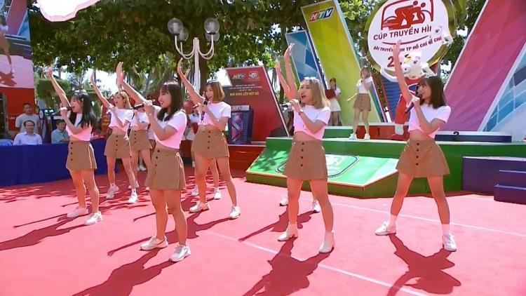 o2o girl band nang luong cung vu dao tre trung khuay dong san khau nha trang