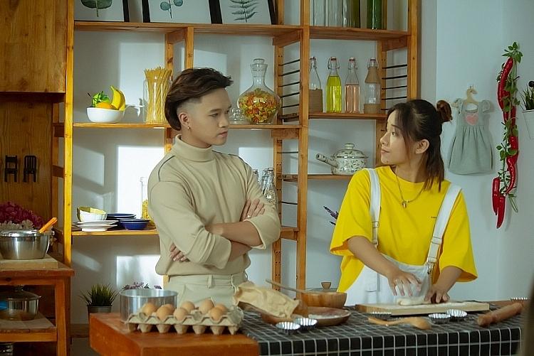 Winner P336 tận tình hướng dẫn Việt Thi hát rap trong MV 'Anh không thèm chấp đâu'