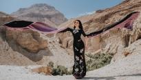 MC Thanh Mai khoe vẻ đẹp không tuổi, thả dáng cùng áo dài trên hoang mạc Israel