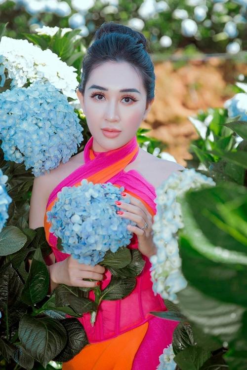 Hoa hậu Huỳnh Thúy Anh tựa nàng thơ quyến rũ giữa vườn địa đàng hoa cẩm tú cầu