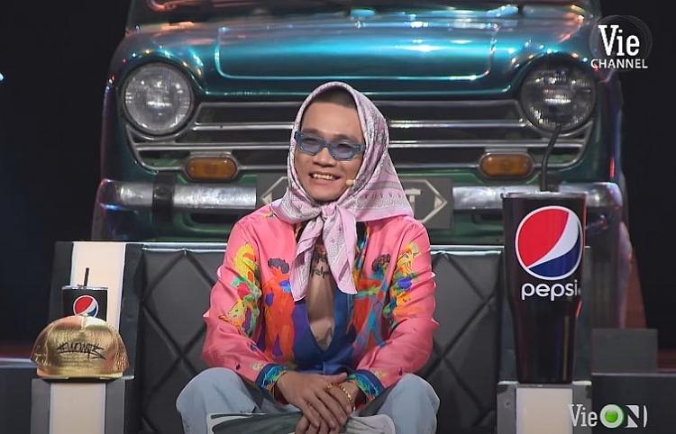 Rapper Wowy bị lu mờ khi chụp ảnh cùng bà ngoại U80 siêu ngầu