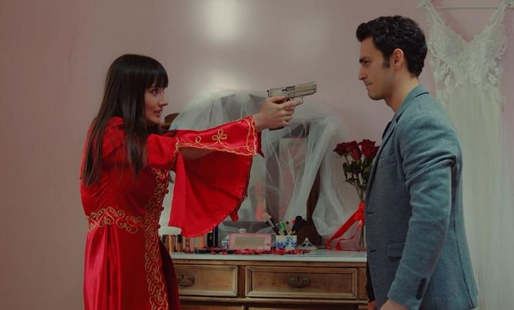 'Trái cấm': Bị Zeynep hủy hôn chạy theo bồ cũ, Dundar ôm hận 'dí súng' ép cưới