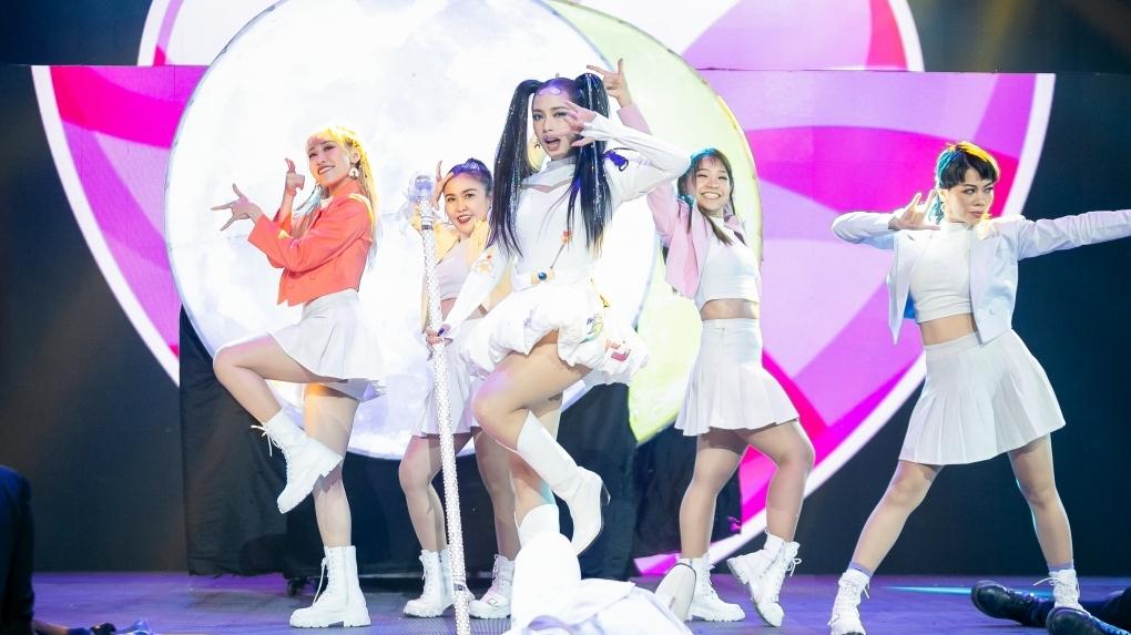 Lona biến hoá thành 'bad girl' chính hiệu, Cara khuấy đảo sân khấu 'The Heroes' với phiên bản thủy thủ mặt trăng vừa sexy vừa tinh nghịch