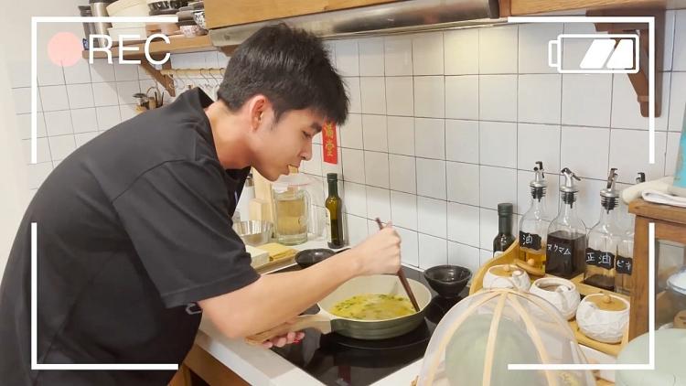 'Run from home': Vừa chiên trứng vừa hít xà - gập bụng, đúng là chỉ có 'Thỏ trắng' Jun Phạm mới nghĩ ra!