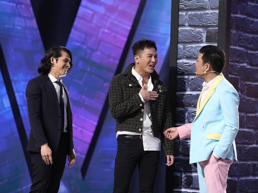 'Lạ lắm à nha': Quốc Thiên than trời khi người hát chung với mình phải dùng thông dịch viên