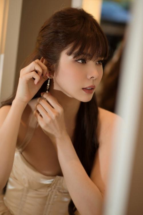Hoa hậu Huỳnh Vy khoe thân hình 'đồng hồ cát' khiến người xem 'bỏng mắt'