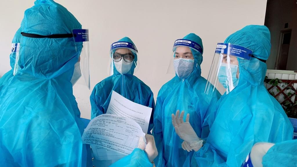 Hoa hậu Tiểu Vy cùng dàn Á hậu Kiều Loan, Phương Anh, Ngọc Thảo làm tình nguyện viên hỗ trợ người dân tiêm Vaccine Covid-19
