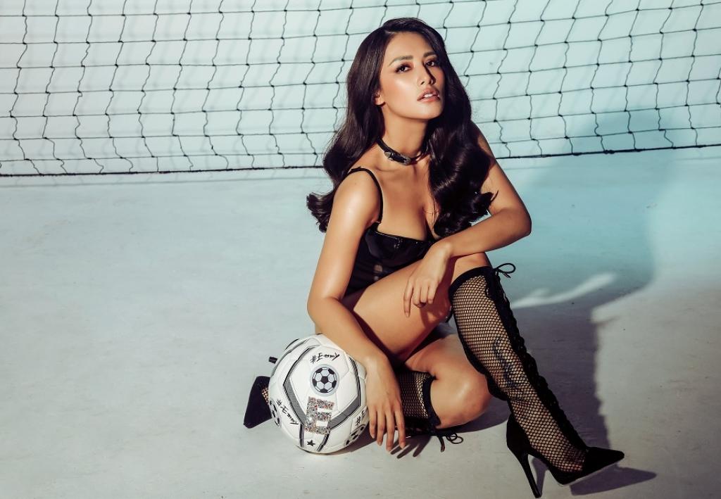 vj emmy nguyen tai xuat voi bo anh khoe khoan mua world cup