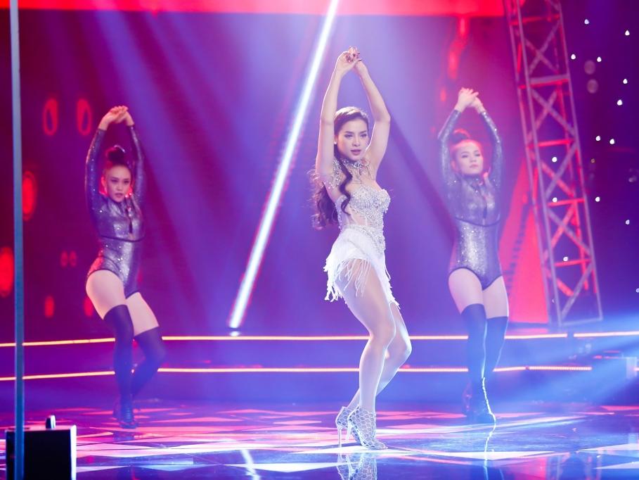 Phương Trinh Jolie xinh đẹp bốc lửa, làm bùng nổ 'Âm nhạc & Bước nhảy'