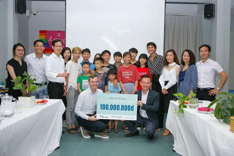 hhen nie trao 100 trieu dong cho tre em co hoan canh dac biet thuoc to chuc blue dragon childrens foundation