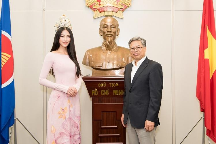 hoa hau phuong khanh dep diu dang voi ao dai truyen thong den tham lanh su quan viet nam tai nhat