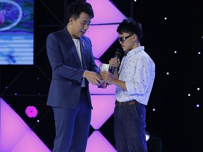 Trấn Thành, Văn Mai Hương bật khóc khi nghe giọng hát của chàng trai khiếm thị 17 tuổi ở 'Hát mãi ước mơ'