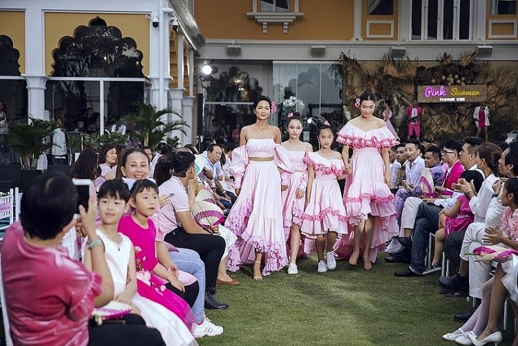 hoa hau hhen nie va a hau le hang nam tay nhau lam vedette cho show dien pink summer