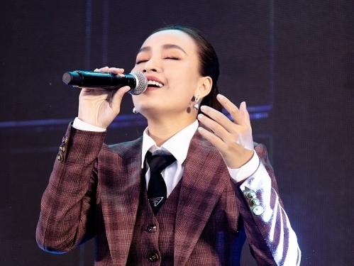 ai phuong bat ngo khoe giong voi ban ballad ost em tai premiere bang chung vo hinh