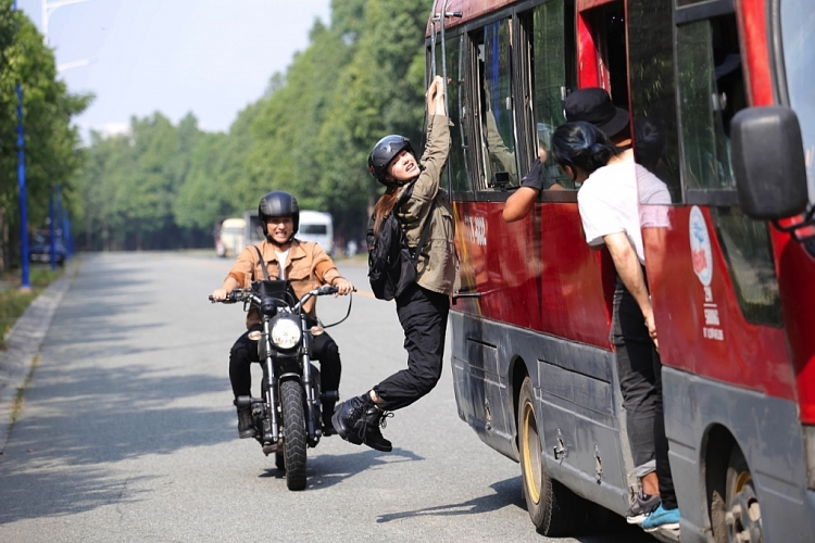 minh hang lan xa chay bo lien tuc duoi troi nang nga tu xe bus xuong dat nhieu lan